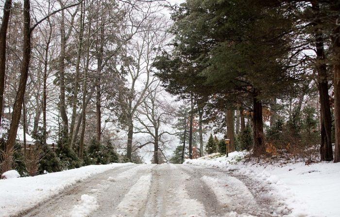 La nieve y el hielo cubren una carretera durante una tormenta invernal que trajo nieve, aguanieve y lluvia al área el 20 de enero de 2019 en Hingham, Massachusetts. Se pronostican condiciones heladas en gran parte de Massachusetts. (Foto de Scott Eisen/Getty Images)