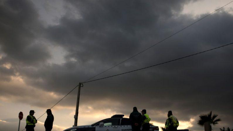 Miembros de la Guardia Civil española montan guardia en el sitio donde un niño cayó en un pozo en Totalan, en el sur de España, el 22 de enero de 2019.  Julen Rosello, de dos años, se cayó por el estrecho pozo el 13 de enero mientras jugaba cuando sus padres preparaban un picnic en Totalan, una ciudad del sur cerca de Málaga. ( JORGE GUERRERO / AFP / Getty Images)