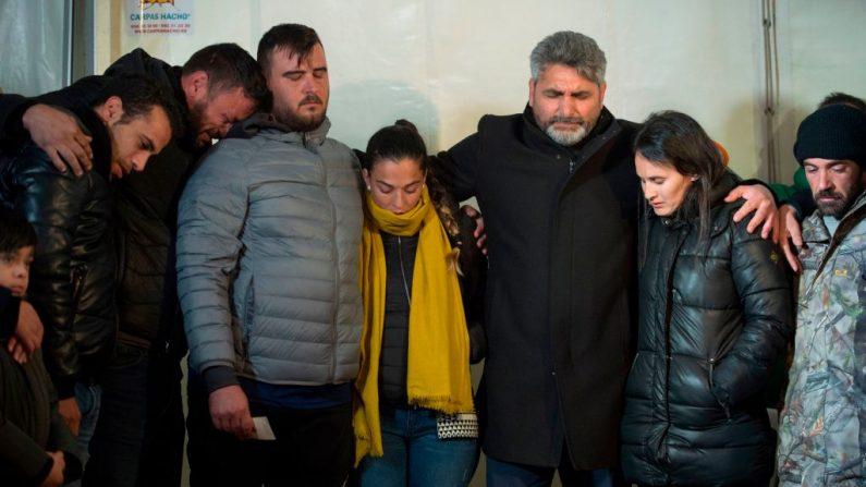 Los padres de Julen Rosello son acompañados por sus familiares en Totalán, en el sur de España, el 24 de enero de 2019. (Foto de JORGE GUERRERO/AFP/Getty Images)