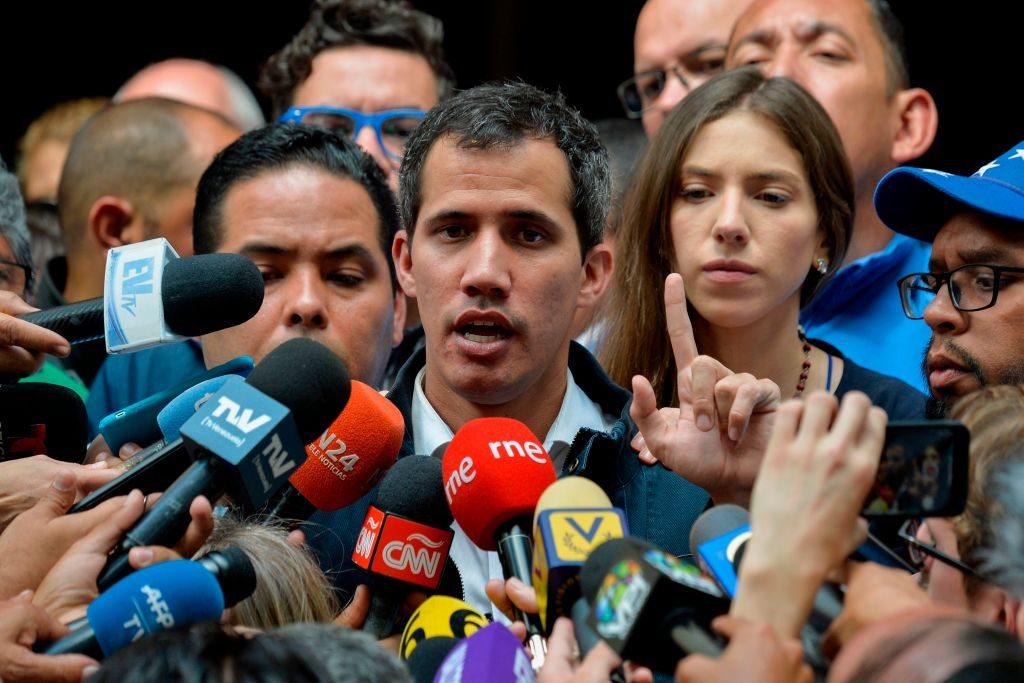 Maduro se desmaya en tanque militar y por su peso no logran sacarlo