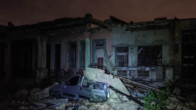 Un automóvil dañado aplastado por escombros de un edificio se ve en el vecindario de Luyano en La Habana, azotado por un tornado, el 28 de enero de 2019. (ADALBERTO ROQUE / AFP / Getty Images)
