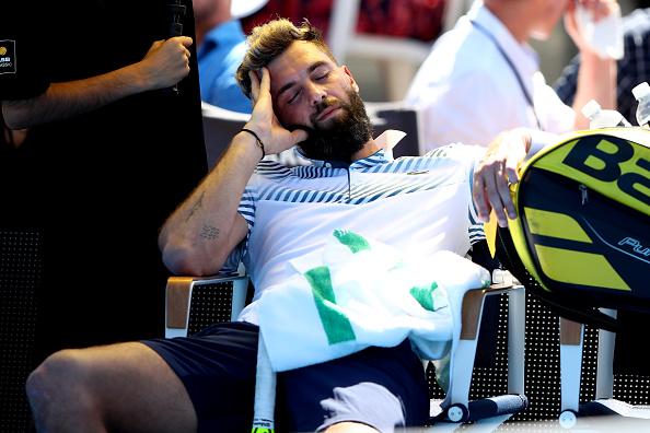 Benoit Paire de Francia se duerme durante el partido de la primera ronda contra Cameron Norrie de Gran Bretaña durante el ASB Classic en el ASB Tennis Centre el 07 de enero de 2019 en Auckland, Nueva Zelanda. (Hannah Peters/Getty Images)