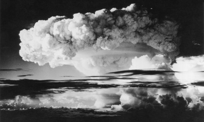 Decenas de kilómetros de cielo cubierto por el humo y la radioactividad de la primera explosión de la bomba H en el atolón de Eniwetok en el Pacífico el 1 de noviembre de 1952. (Foto de Keystone/Getty Images)