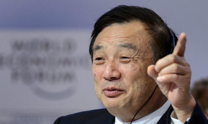 Ren Zhengfei, fundador y director ejecutivo de Huawei, hace gestos al asistir a una sesión de la reunión anual del Foro Económico Mundial, el 22 de enero de 2015 en Davos. (AFP photp/ Fabrice Coffrini)