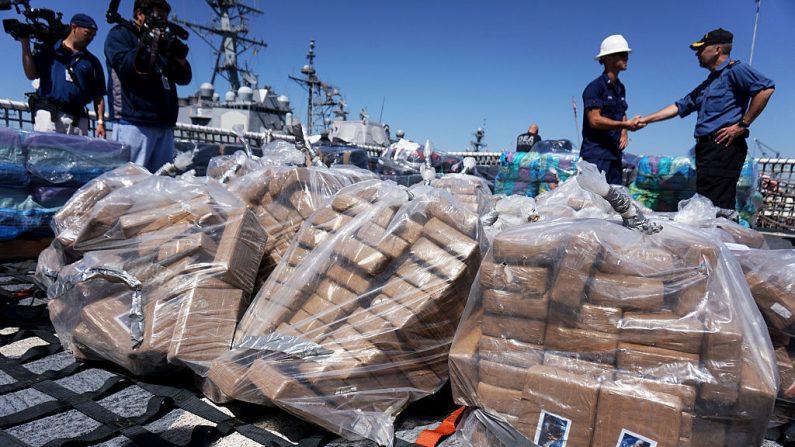 Personal de la Guardia Costera a bordo del USS Boutwell descargan paquetes de cocaína capturada en el mar durante su despliegue el 16 de abril de 2015 en la Base Naval San Diego en San Diego, California. (Foto de Sandy Huffaker/Getty Images).