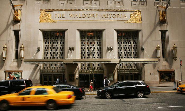 El histórico Hotel Waldorf Astoria de Nueva York, en una foto del 27 de junio de 2016. El gobierno chino se hizo cargo del hotel Waldorf-Astoria en febrero de 2018 cuando se hizo con el control de los activos del grupo chino Anbang Insurance Group. (Spencer Platt/Getty Images)