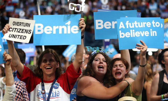 Los seguidores del senador Bernie Sanders en el primer día de la Convención Nacional Demócrata en Filadelfia, el 25 de julio de 2016. Bernie Sanders promueve el socialismo democrático. (Joe Raedle/Getty Images)