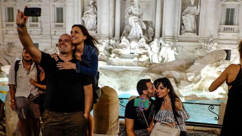 Turistas se toman fotos frente a la Fontana di Trevi en el centro de Roma, el 7 de agosto de 2016. (ANDREAS SOLARO/AFP/Getty Images)