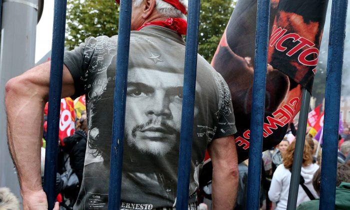 """Un manifestante viste una camisera con un retrato del líder comunista argentino Ernesto """"Che"""" Guevara durante una protesta frente al Palacio de la Justicia de Amiens, 19 de octubre de 2016. El encubrimiento de personas como el asesino Guevara es un ejemplo de desinformación—la deliberada difusión de información falsa para moldear la opinión pública. (FRANCOIS NASCIMBENI/AFP/Getty Images)"""