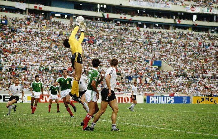 El portero Pablo Larios, de México, atrapa el balón contra Alemania Occidental durante el partido de cuartos de final de la Copa Mundial de la FIFA 1986, disputado el 21 de junio de 1986 en el Estadio Universitario de Monterey, México. 0-0 después de la prórroga, Alemania Occidental derrotó a México por 4-1 en la tanda de penales. (Foto de Michael King/Getty Images)