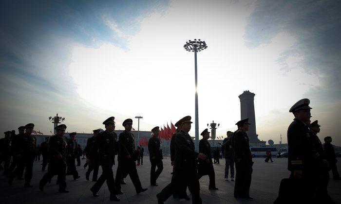 Funcionarios militares chinos llegan al Gran Salón del Pueblo antes de una sesión de la legislatura china, el Congreso Nacional del Pueblo, en Beijing, el 12 de marzo de 2015. (Lintao Zhang/Getty Images)