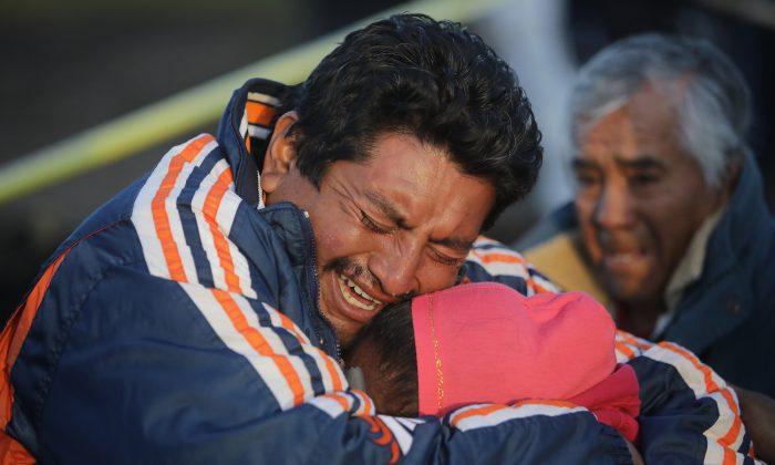 Familiares de una víctima lloran al reconocer el cuerpo después de una explosión en un oleoducto de la compañía petrolera mexicana PEMEX el 19 de enero de 2019 en Tlahuelilpan, México. (Hector Vivas/Getty Images)