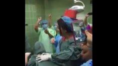 Polémica por vídeo de médicos que parecen atrasar un parto en un nacimiento de Año Nuevo
