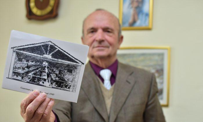 Simon Mirakaj muestra un dibujo del campo Tepelenë en su oficina. (Antonio Çakshiri para La Gran Época)