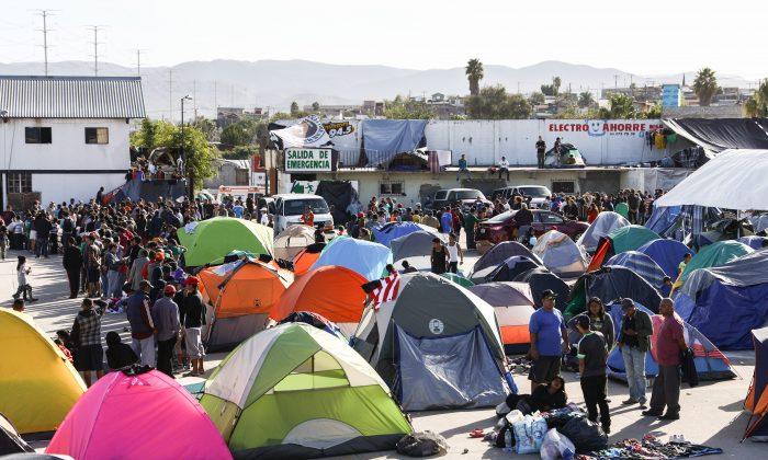 Un campamento de migrantes situado a 10 millas de la frontera de Estados Unidos, se llena de migrantes centroamericanos en Tijuana, México, el 2 de diciembre de 2018. (Charlotte Cuthbertson/The Epoch Times)