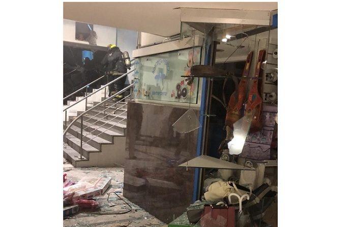"""Un hombre murió y otro resultó herido esta madrugada debido a una explosión que ocasionaron tras estallar con gas un cajero automático, informaron Efe fuentes oficiales. Debido a la """"gran explosión"""", que ocurrió a la una de la madrugada, el fuego se inició y afectó """"parcialmente"""" diez locales cercanos al cajero, señaló a Efe la vocera de Bomberos, Mariela Vivone. EFE/Cortesía Unicom /SOLO USO EDITORIAL/NO VENTAS/MEJOR CALIDAD DISPONIBLE"""