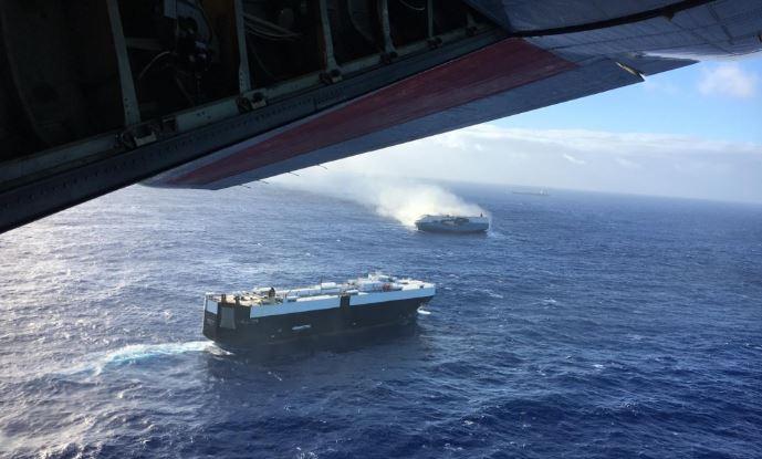 Una tripulación aérea HC-130 Hércules de la Guardia Costera vuela sobre el Sincerity Ace de 650 pies en llamas 1800 millas náuticas al noroeste de Oahu en el Océano Pacífico, el 31 de diciembre de 2018, y envía suministros al granelero de 944 pies Genco Augustus. Los que respondieron se enfrentaron a mares de 17 a 20 pies, tapas blancas y vientos significativos, lo que dificulta la detección de los sobrevivientes y su rescate. (Foto de la Guardia Costera de los Estados Unidos por HC-130 Hércules 1720)