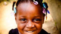 Mamá pide ayuda a la comunidad en Internet para peinar a su hija adoptiva. ¡La respuesta es genial!