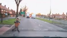 Dramático video: niño fue atropellado por 2 autos en concurrida carretera y escapó corriendo ileso