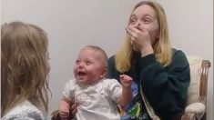 Esta bebé se volvió viral al oír por primera vez a su hermana y reaccionar a carcajadas