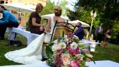 La novia sorprende a su mejor amiga al convertir el lanzamiento del ramo en una emotiva propuesta