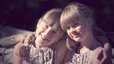 Mujer adoptada de 54 años descubre que tiene una hermana gemela al ver un famoso documental
