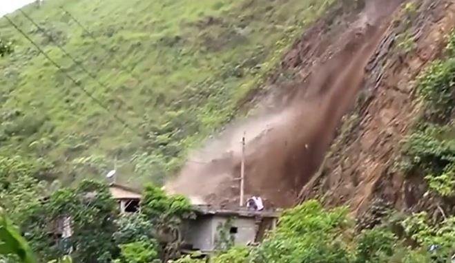 Derrumbe en Perú en la carretera a Tarapoto, a causa de intensas lluvias, (Captura de vídeo)