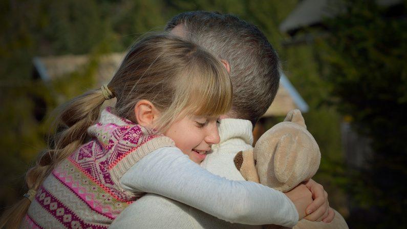 """Un papá soltero va a la escuela de belleza solo para aprender a peinar el cabello de su """"princesita"""""""