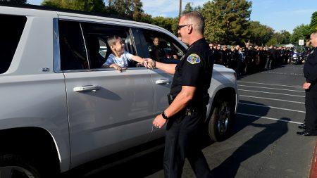 Policía multa a una mamá infractora pero le da otra oportunidad y una sorpresa que inspira a todos