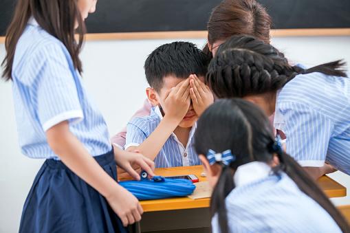 Profesor y alumnos en un aula. (ViewStock/Getty Images)