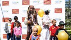 La superestrella Johnny Depp lleva alegría a los pequeños pacientes de cáncer vestido de Jack Sparrow
