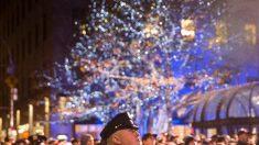 """El oficial herido que al borde de la muerte dijo """"te amo"""" a su esposa, vuelve a casa para Navidad"""