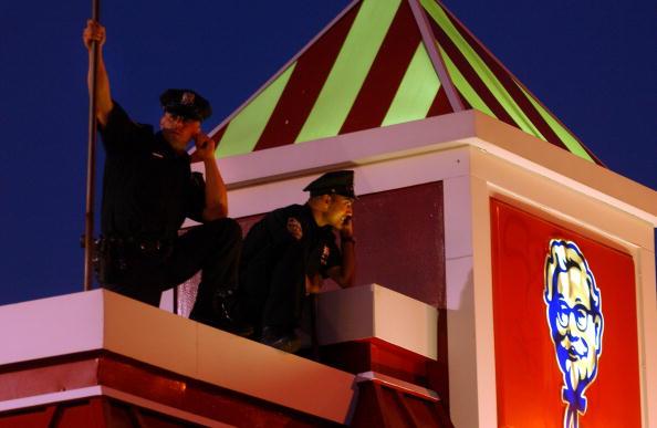 Oficiales de policía arriba de un KFC  vigilando las calles de Queens, Nueva York. (Darren McCollester/Getty Images)