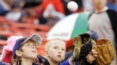 Una mamá encuentra el guante de béisbol perdido de su hijo en una tienda de segunda 40 años después