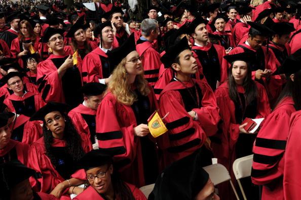 Estudiantes de la Universidad de Harvard asisten a las ceremonias de graduación en Harvard Yard en Cambridge, Massachusetts. (Foto de Darren McCollester/Getty Images)