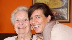 Mujer de 84 años se esforzó, aun con oxígeno y un andador se graduó de la carrera de sus sueños