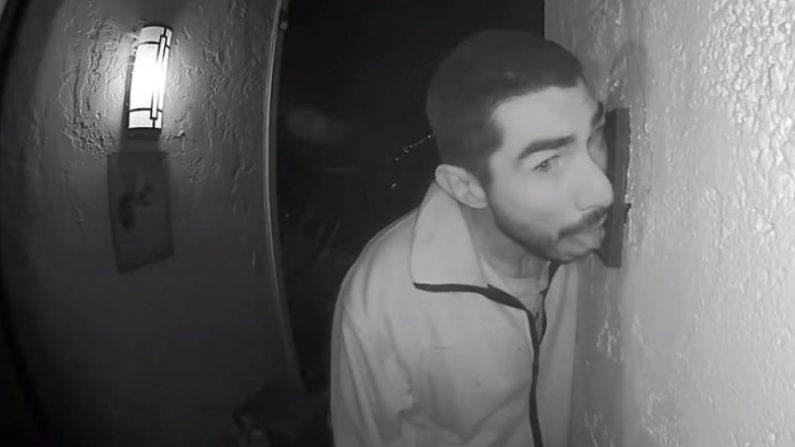 Policía de EEUU busca a un hombre que fue grabado lamiendo el timbre de una casa por 3 horas