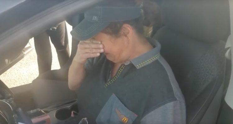 Cliente le regala un auto a empleada de McDonald's y su conmovedora reacción es viral. (Captura YouTube)