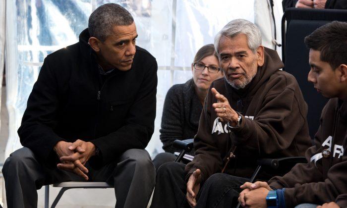 El ex Presidente de EE. UU. Barack Obama (izquierda) escucha a Eliseo Medina y otras personas que participan en el Ayuno por las Familias en el National Mall, Washington D.C., 29 de noviembre de  2013. Obama ofreció apoyo para aquellos que ayunaban por la reforma inmigratoria. (NICHOLAS KAMM/AFP/Getty Images)