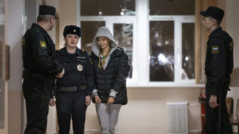 Anastasia Vashukevich, también conocida en los medios sociales como Nastya Rybka (cent.) es escoltada a la sala del tribunal en Moscú, Rusia, el 19 de enero de 2019. (Foto AP/Alexander Zemlianichenko)