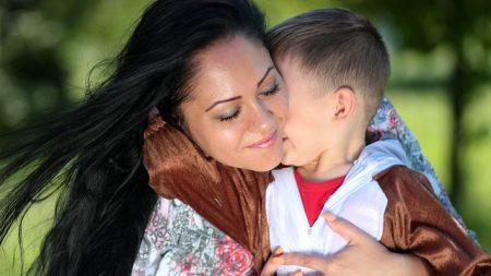 Madre depresiva compra a su hijo una Cajita Feliz antes de atarlo y obligarlo a un suicidio