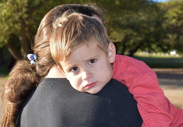 Niño pequeño ve a una mujer que le falta una mano igual que a él y corre a sus brazos con ternura