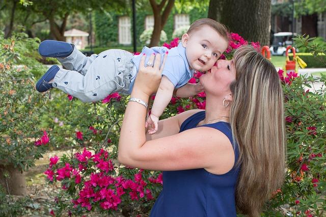 Mamá llora al ver a una multitud darle la bienvenida a su bebé, luego de estar 200 dias hopitalizada