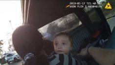 Policía pide a sospechoso que se baje de un vehículo, un niño sale con las manos en alto