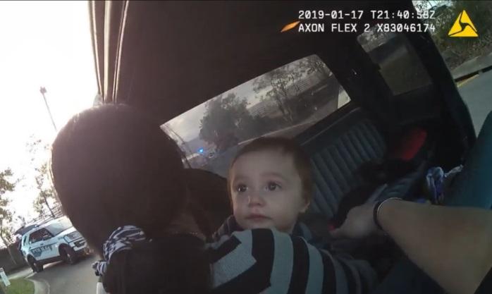 Filmación hecha por la cámara corporal de un policía haciendo un arresto, mientras que un sospechoso, que a su vez es la madre del niño, saca a su hijo de la parte trasera de un vehículo. (Faceboook/Departamento de Policía de la Ciudad de Tallahassee)
