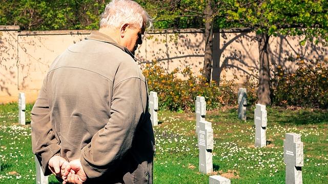 Veterano de la II Guerra Mundial toma 3 autobuses para visitar  la tumba de su amada esposa