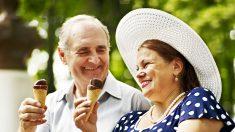 La foto de un abuelo dando helado a su esposa en un día caluroso tiene enamorados a miles en la red