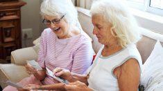 Estas dos ancianas de 95 años brindan por sus 84 gloriosos años de amistad