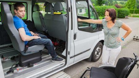 Subir a su hijo discapacitado al auto era un sufrimiento hasta que un atento observador cambia sus vidas