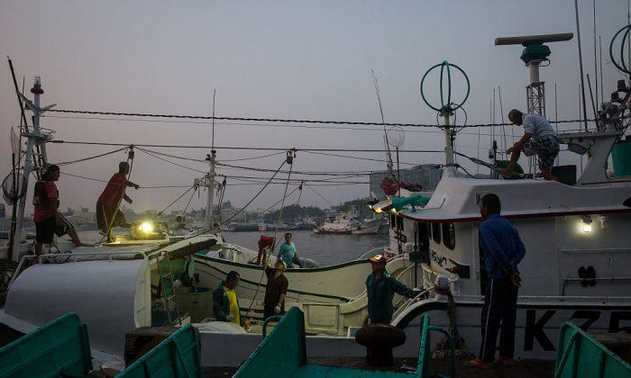 Pescadores descargan pescado y reabastecen su bote luego de otro viaje de pesca en el Condado de Pingtung, al sur de Taiwán, 18 de mayo de 2016. (Billy H.C. Kwok/Getty Images)